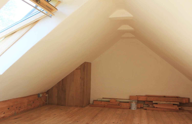 Mit Lehm verputztes Dachgeschoss